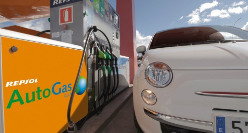 Fiat_500_at_Repsol_autogas_station